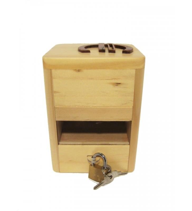 Tirelire en bois fermée par un petit cadenas