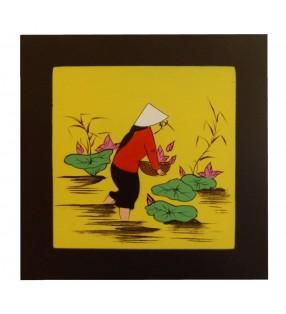 Tableau en bois laqué asiatique - Vietnamienne aux fleurs de lotus