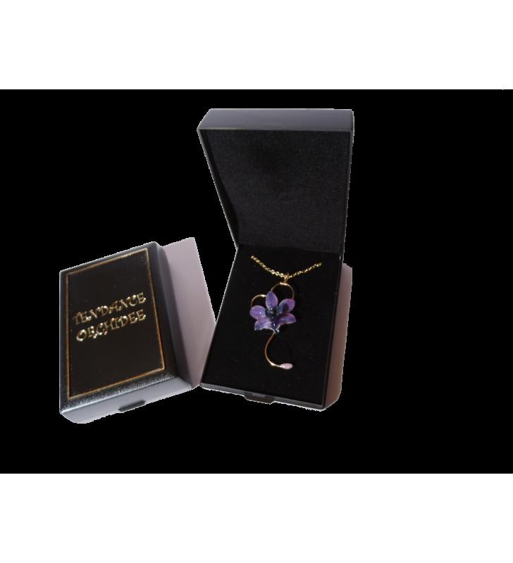 Bijou original orchidée ton bleu, chaîne dorée, forme cœur, dans son écrin de velours noir