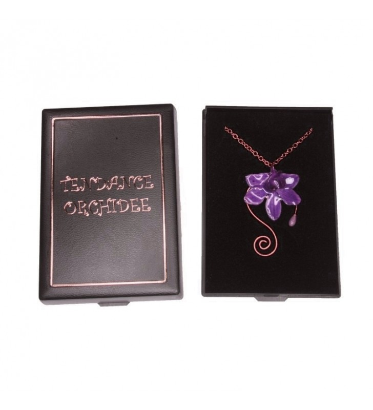 Bijou original orchidée ton violet, chaîne dorée, forme spirale, dans son écrin de velours noir