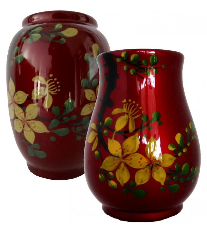 Vases en bois laqué, fleurs jaunes sur fond rouge