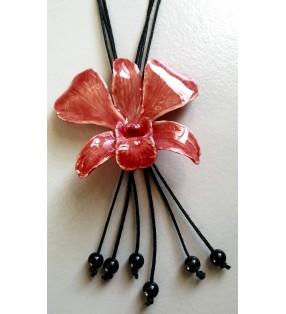 Bijou orchidée montée sur cordon coulissant noir