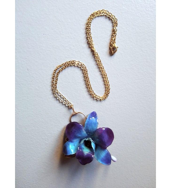 Mini orchidée dendrobium bleue sur collier fantaisie doré