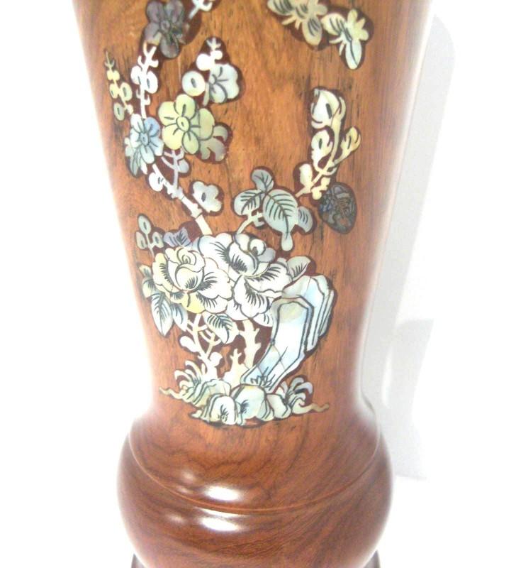 Vase en bois et nacré, motif Fleurs